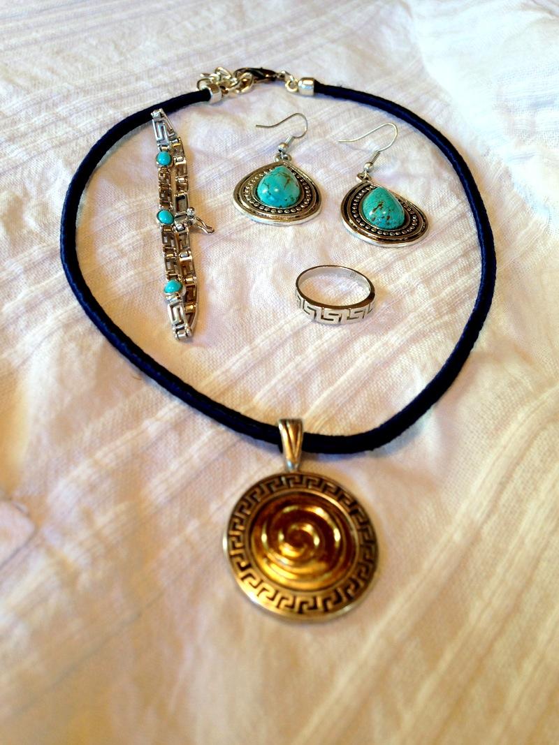 Greek accessories that I bought in Hydra. Acessórios que comprei em Hydra.